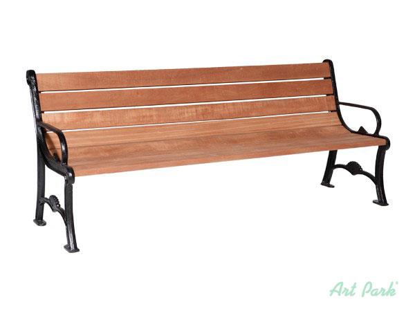Дървените пейки са предпазени от влиянието на дъжда и слънцето